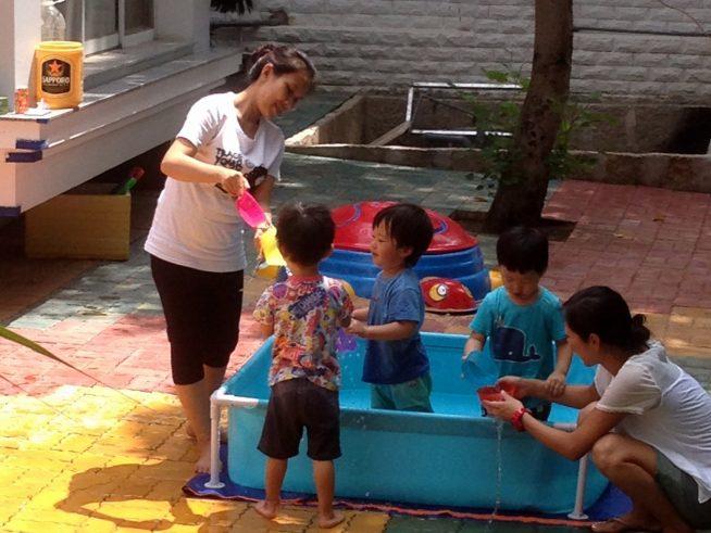 プールで泳ぎ方を学ぶだけではなく、水に触れ、心を開放して楽しめるような遊び場を設定しています