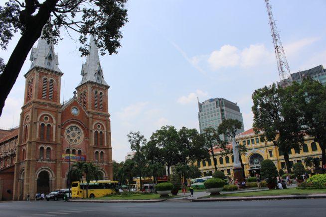 中央郵便局のすぐ横に位置するサイゴン大聖堂