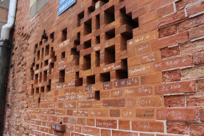 教会のレンガの壁