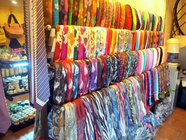 色とりどりのスカーフ