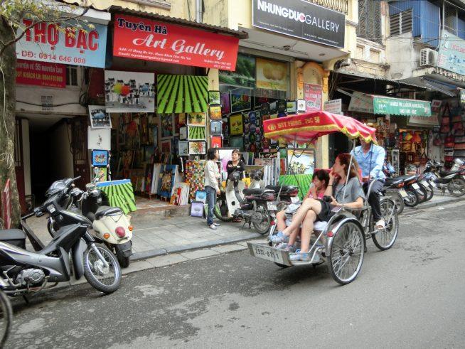 旅行者向けの店が並ぶ