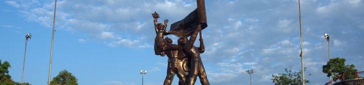 ディエンビエンフーの丘の上に建つ勝利の像