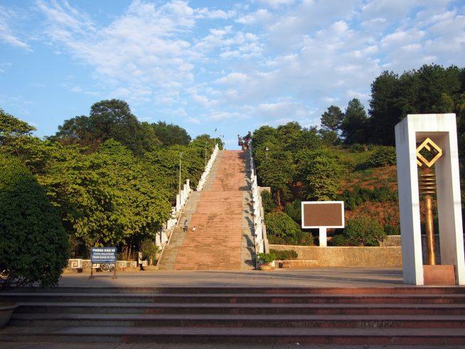 階段を登って像へ