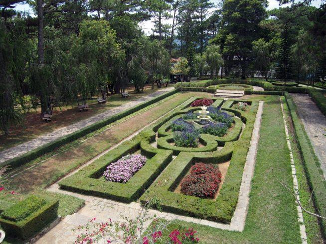 手入れされた庭園