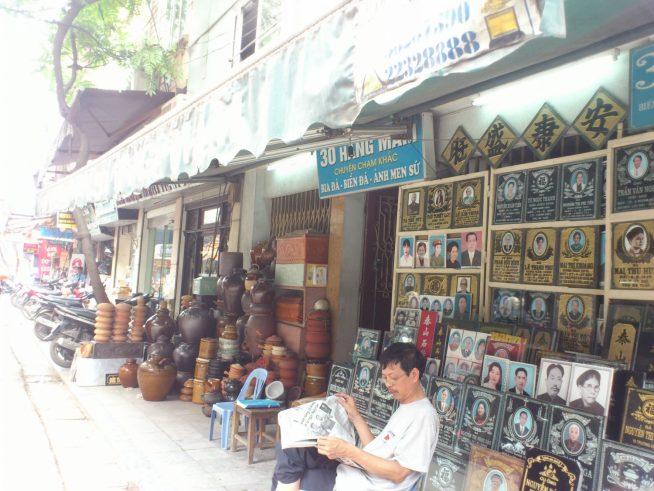 陶器と石の店が並ぶ