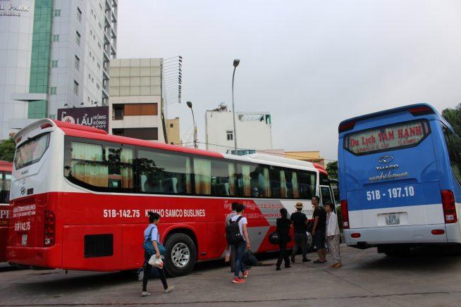 バスターミナルにて大型バスへ乗り換え