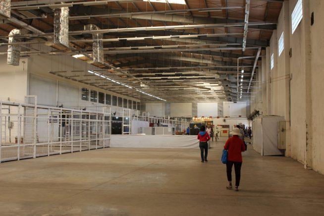 広い倉庫のような場所でカンボジアビザが発行されます