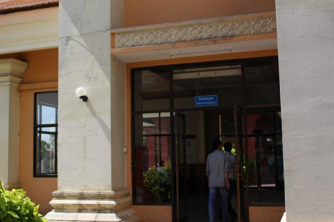 この建物内でカンボジア側入国審査が行われる