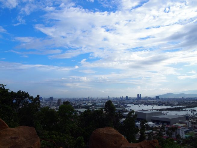 ソンチャ半島から見るダナン市