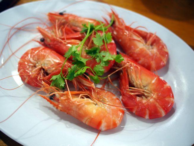 ハウ・スア・クァンで食べるベトナムシーフードの代表格エビ蒸し