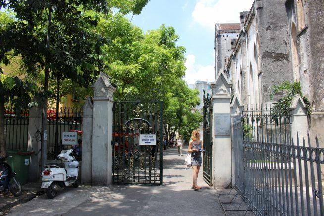 教会正面左の門