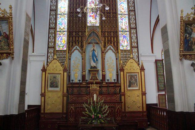 教会正面の祭壇