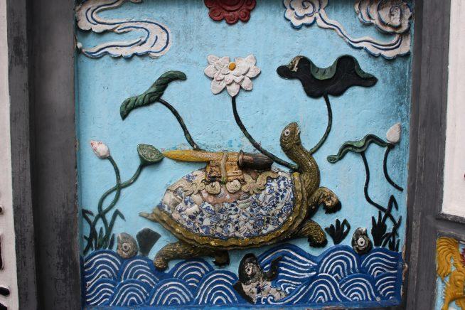 書物と刀を載せた亀の絵