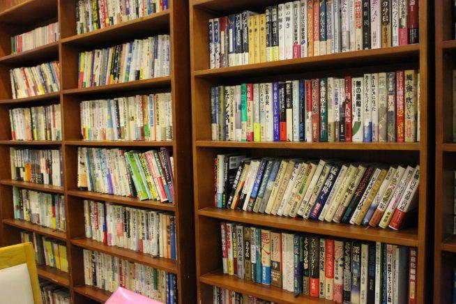 席の真横に並ぶ本の数々