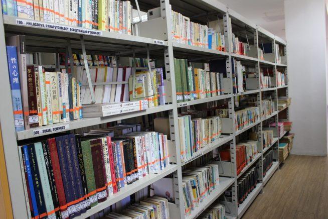 日本書籍の棚