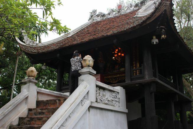 階段を上って仏堂へ