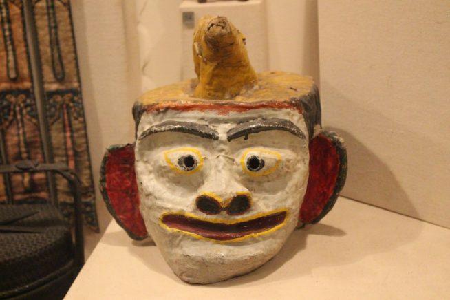 独特な顔の像
