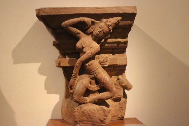 踊る少女の彫刻