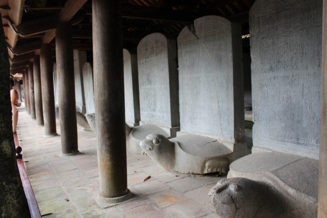 亀が背負う石碑の数々