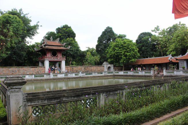 奎文閣の奥の四角い池