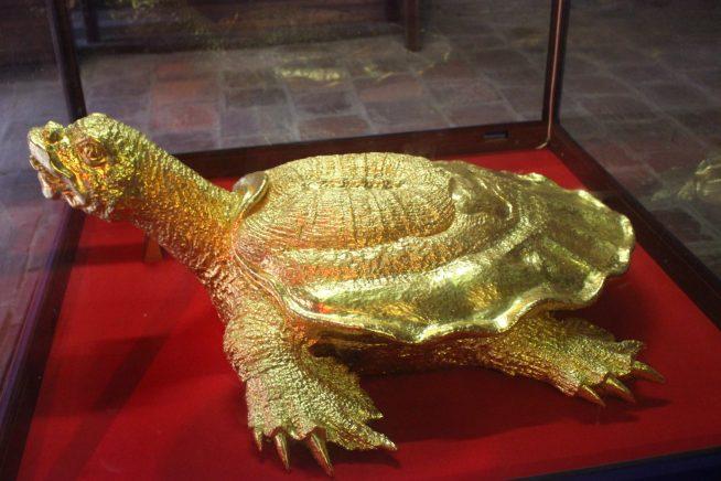 黄色の亀の像
