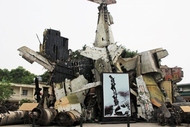 ベトナム軍によって撃ち落されたアメリカ軍戦闘機