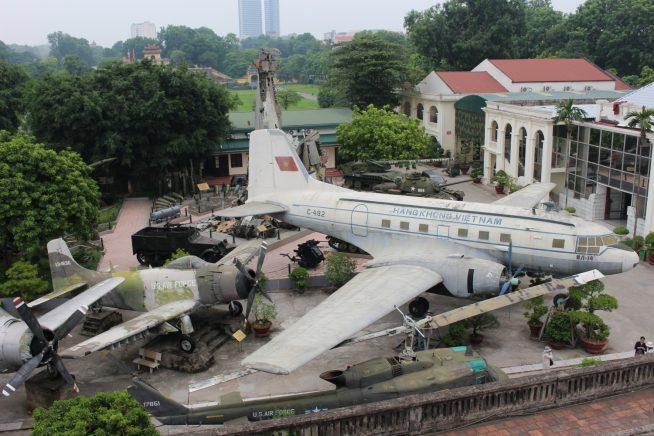 旗の塔から見た博物館中庭の様子