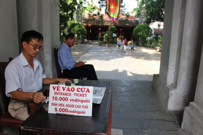 門内にある入場料支払い