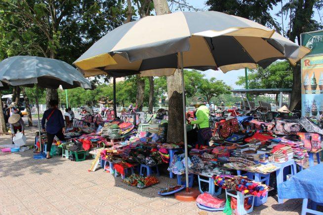 鎮国寺前の道に並ぶお土産物屋