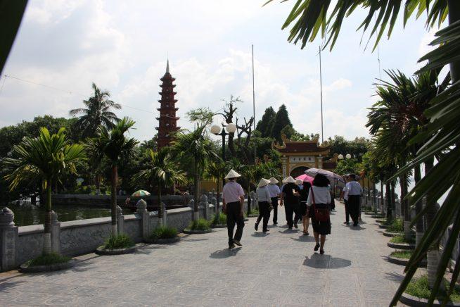 橋を渡って鎮国寺へ
