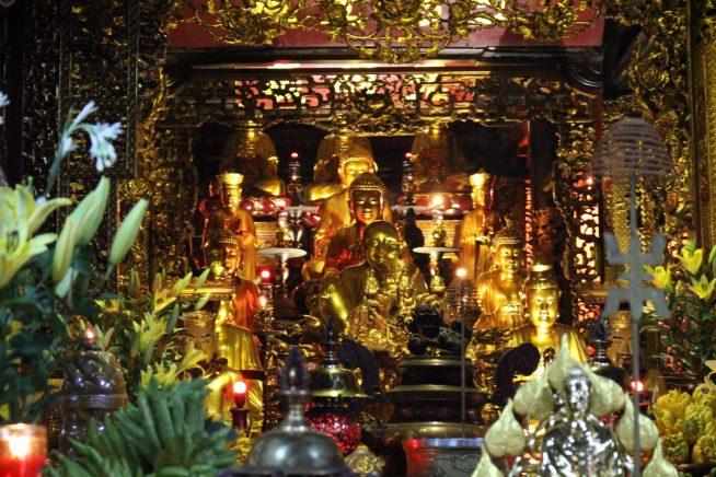本堂中心には沢山の金の仏像が