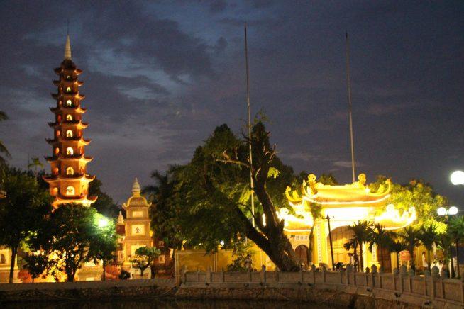 対岸から見る鎮国寺