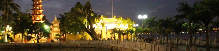 ライトアップが美しい!湖の上を走る「タインニエン通り」とベトナム最古の寺「鎮国寺」