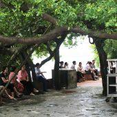 タイ湖に浮かぶように佇む「西湖府」と、地元名物料理「バイン・トム・ホー・タイ」