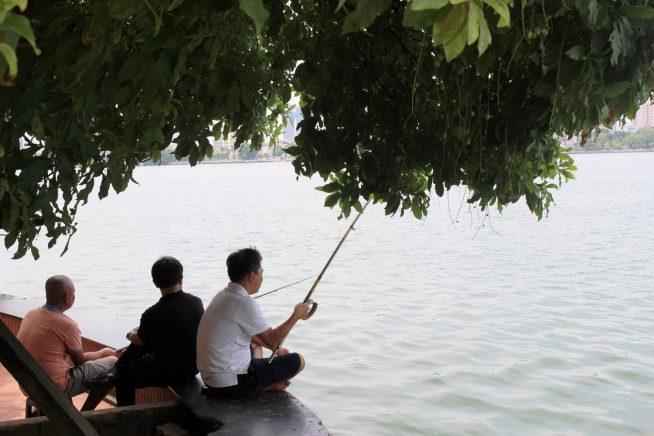 境内で釣りをする人たち