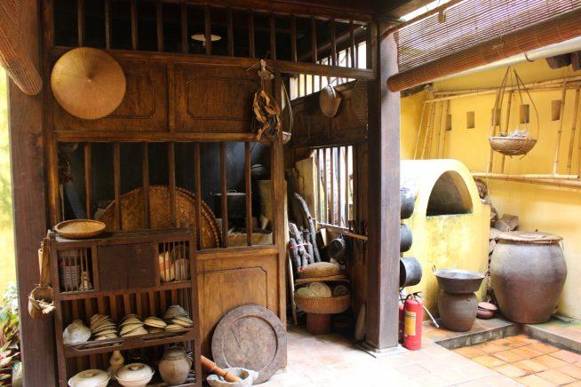 食器や甕など、昔の生活が垣間見える