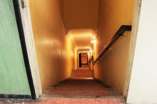 地下室「D-67」入り口の階段