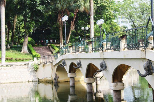 橋を渡って小島へ