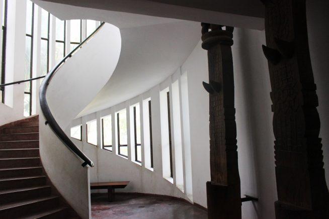 回廊を上って2階展示室へ