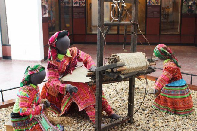 モン族の麻の機織りの様子