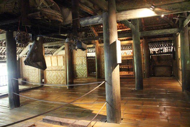 タイー族高床家屋の中