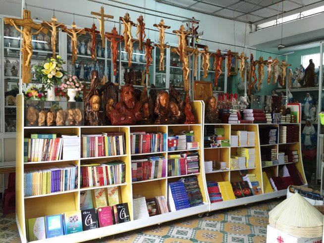 教本やキリスト教に関連する品物が並ぶお店