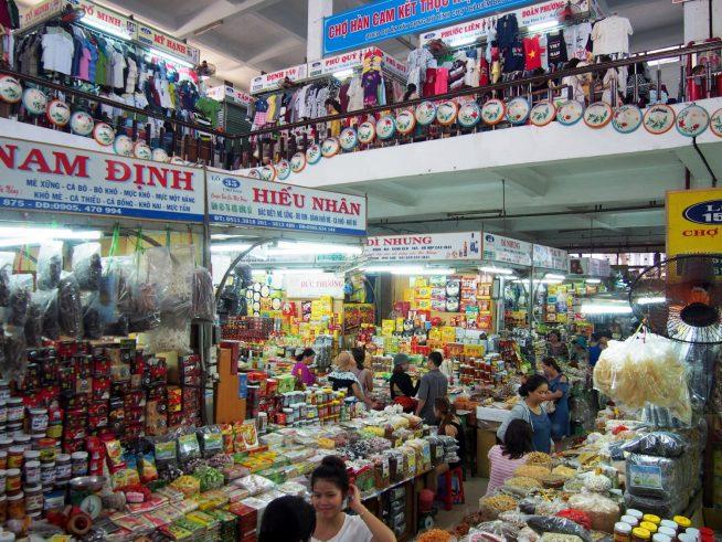 商品であふれかえっているハン市場の中