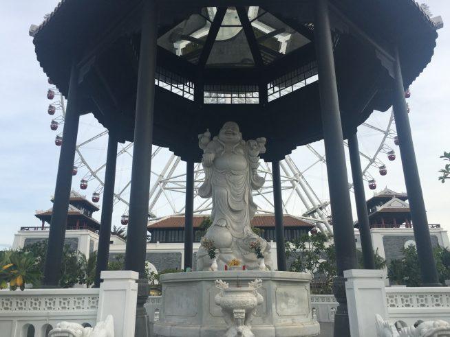 観覧車の後ろにある仏陀