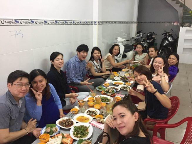 ベトナム人社員の方とローカルの貝料理屋さんにて