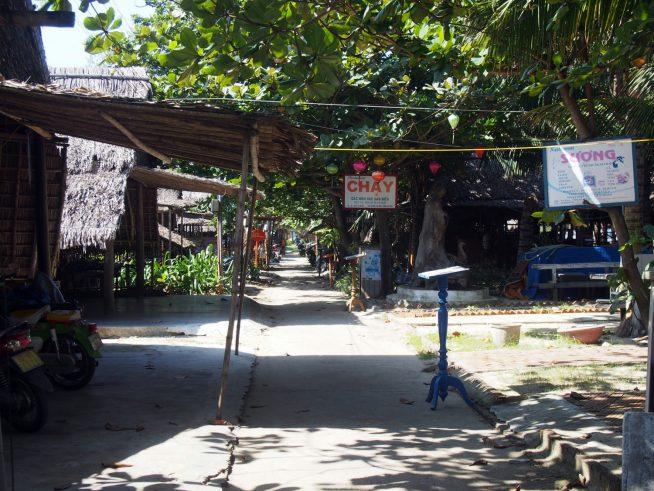 アンバンビーチ沿いにはたくさんの飲食店が軒を連ねています。