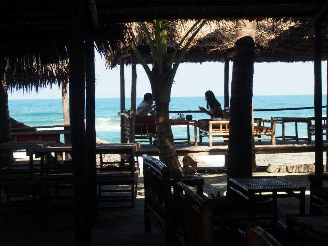 """HAI TRANG""のビーチの方へ突き出した席は特別感がありますね。"