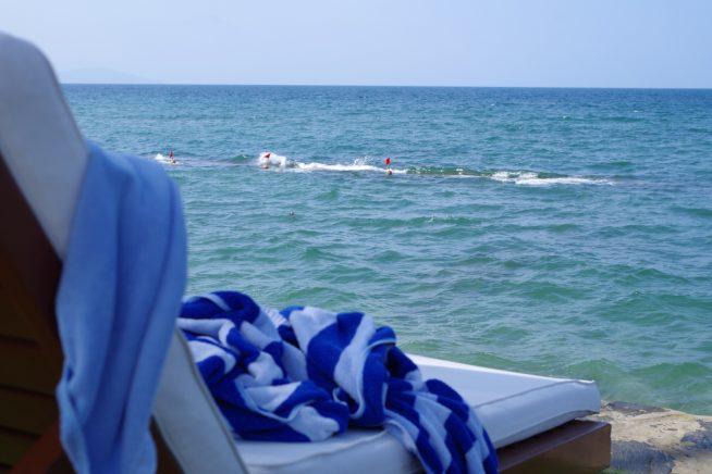 ビーチチェアに寝転がって、静かな海を独り占め