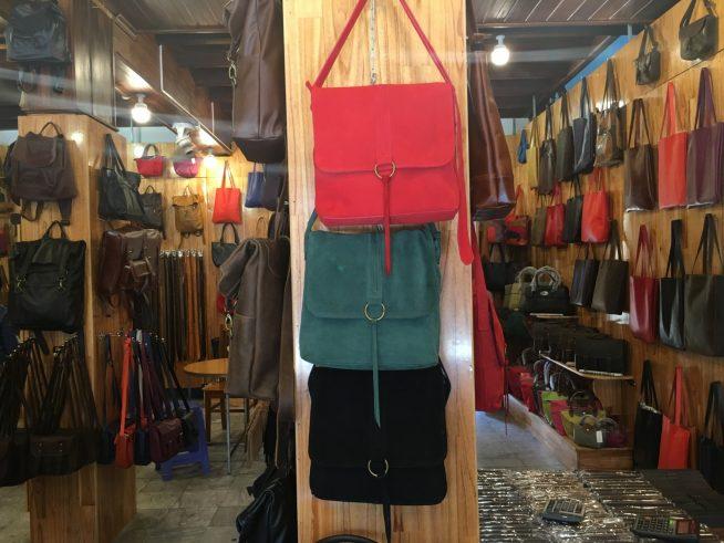 店内には様々な色形の革製品が置いてあります。