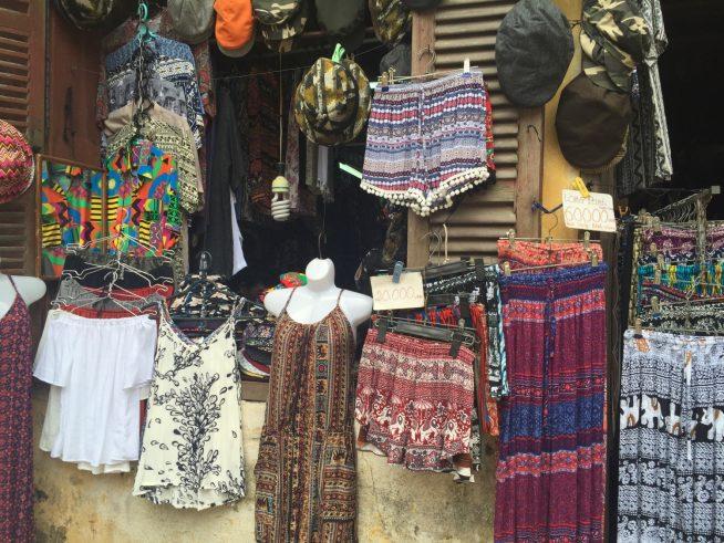 エスニック柄のパンツやワンピース、スカートがずらり。低価格なのも嬉しい。